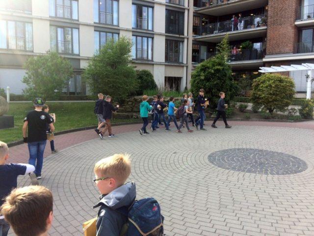 Die Rädler laufen eine Ehrenrunde im Rondell vor dem Haupteingang