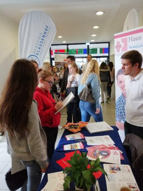 Schüler und Schülerinnen zeigen sich interessiert am Berufsbild Pflegefachkraft