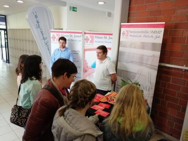 Interessierte Schüler und deren Eltern suchten das Gespräch mit den unseren Mitarbeitern aus der Praxis. .